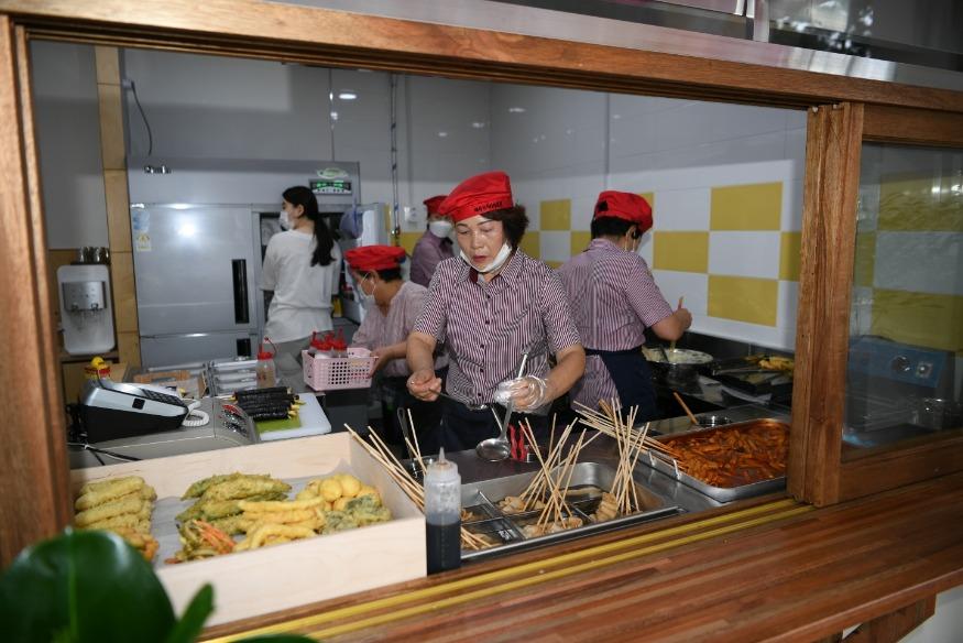 예산군 시니어클럽 시장형사업단 새참밥고리 에서 어르신들이 요리를 하는 모습.jpeg